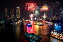 Fogo de artifício bonito sobre o rio Foto de Stock