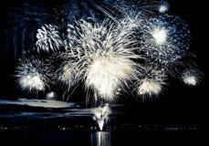 Fogo de artifício brilhante comemorativo no céu imagem de stock royalty free