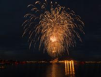 Fogo de artifício brilhante do feriado da celebração da cidade da noite foto de stock