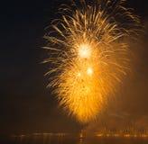 Fogo de artifício brilhante do feriado da celebração da cidade da noite fotografia de stock royalty free