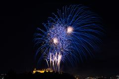 Fogo de artifício colorido bonito na cidade Brno em Spilberk Foto de Stock Royalty Free