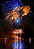Fogo de artifício colorido em um céu noturno foto de stock royalty free