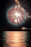Fogo de artifício colorido em um céu noturno Imagem de Stock