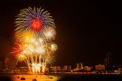 Fogo de artifício colorido no fundo da opinião da cidade da noite para a celebração imagem de stock royalty free