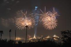 Fogo de artifício com o pagode no monte imagens de stock