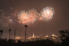 Fogo de artifício com o pagode no monte foto de stock