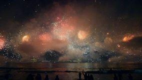 Fogo de artifício da noite acima da baía do oceano Shevelev video estoque