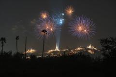 Fogo de artifício de Tailândia com o pagode e a montanha tailandeses imagem de stock