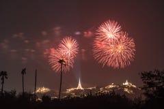 Fogo de artifício de Tailândia com o pagode e a montanha tailandeses fotos de stock