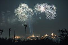 Fogo de artifício de Tailândia com o pagode e a montanha tailandeses imagem de stock royalty free