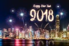 Fogo de artifício 2018 do ano novo feliz sobre a arquitetura da cidade que constrói perto do mar em Imagem de Stock