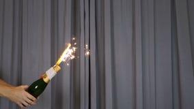 Fogo de artifício dourado da fonte que emite-se anos novos Eve Celebration Element das faíscas Fogos-de-artifício pequenos, Pyro, filme