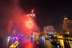Fogo de artifício em Chao Phraya River no partido 2016 da celebração da contagem regressiva Fotografia de Stock