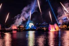 Fogo de artifício em reflexões das iluminações da terra em Epcot em Walt Disney World Resort 4 fotografia de stock royalty free