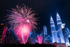 Fogo de artifício em torres gêmeas de Petronas foto de stock