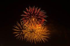 Fogo de artifício no céu escuro à celebração imagens de stock