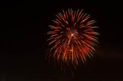 Fogo de artifício no céu escuro à celebração imagens de stock royalty free