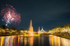 Fogo de artifício no parque com jardim e fonte Foto de Stock