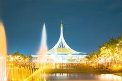 Fogo de artifício no parque com jardim e fonte Imagens de Stock Royalty Free