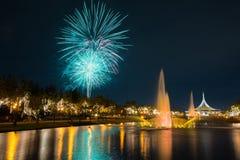 Fogo de artifício no parque com jardim e fonte Imagem de Stock Royalty Free
