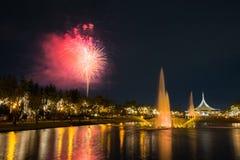 Fogo de artifício no parque com jardim e fonte Fotos de Stock