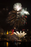 Fogo-de-artifício sobre o rio de Vltava foto de stock