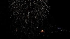 Fogo de artifício surpreendente acima da cidade no céu noturno com som Vídeo de UltraHD filme
