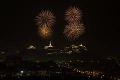 Fogo de artifício da celebração no céu noturno Imagens de Stock