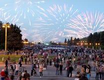Fogo de artifício em Victory Day, Moscou, Federação Russa Fotografia de Stock