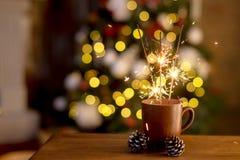 Fogo de Bengal e Natal colorido do bokeh, luzes do fundo do ano novo Fim acima Lugar para o texto fotografia de stock