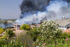 Fogo de escova residencial em Califórnia Imagens de Stock