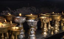 Fogo de lâmpadas da manteiga no monastério Foto de Stock Royalty Free
