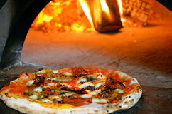 Fogo de madeira italiano Oven Pizza imagens de stock