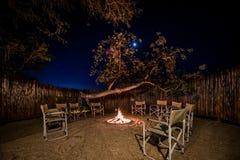 Fogo do acampamento no alojamento do safari imagens de stock