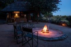 Fogo do acampamento no alojamento do safari fotos de stock royalty free