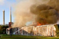 Fogo do armazém em Zlin, República Checa foto de stock royalty free