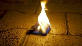 Fogo do carvão vegetal com madeira no cimento Carvão do fogo no assoalho de pedra filme