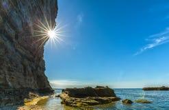 Fogo do lado do penhasco da tarde de Sunstar Imagens de Stock