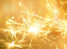 Fogo dourado do chuveirinho para o fundo da celebração do partido fotos de stock royalty free