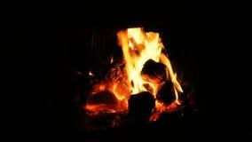 Fogo e carvões ardentes em um fogão video estoque