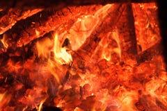 Fogo e carvões de alargamento do calor Imagens de Stock