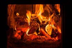 Fogo e carvões na fornalha da chaminé fotografia de stock royalty free