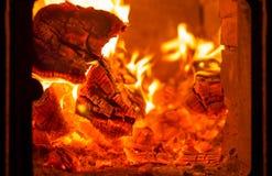 Fogo e carvões na fornalha da chaminé imagem de stock royalty free