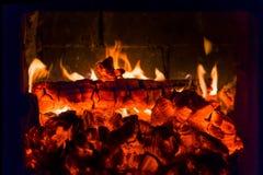 Fogo e carvões na fornalha da chaminé fotos de stock royalty free