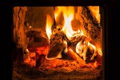 Fogo e carvões na fornalha da chaminé foto de stock royalty free