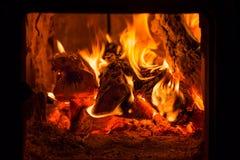 Fogo e carvões na fornalha da chaminé imagens de stock royalty free