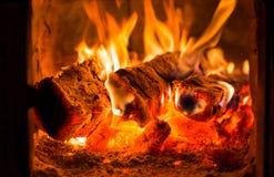 Fogo e carvões na fornalha da chaminé foto de stock