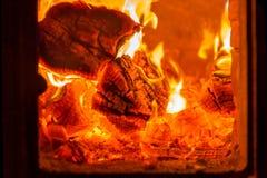 Fogo e carvões na fornalha da chaminé imagens de stock