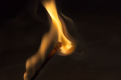 Fogo e fumo do fósforo no fogo imagens de stock