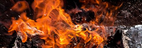 Fogo e lenha brilhantes do fumo no fundo escuro, panorama_ Imagens de Stock Royalty Free
